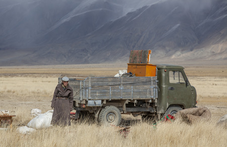 bayan Ulgii, Mongolia, 29th September 2015: mongolian kazakh nomad people packing their yurt into a car to make a move to more sheltered place for winter season 版權商用圖片
