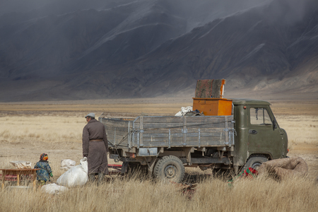 bayan Ulgii, Mongolia, 29th September 2015: mongolian kazakh nomad people packing their yurt into a car to make a move to more sheltered place for winter season Stok Fotoğraf