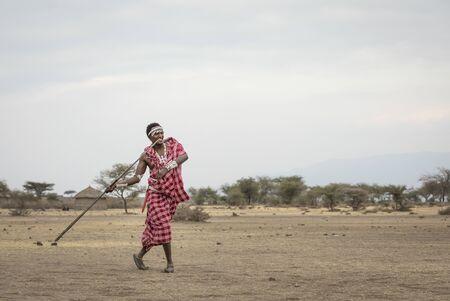 maasai man throwing a spear Imagens