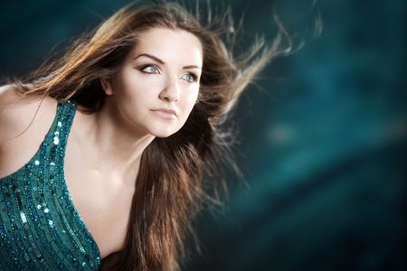 Una bella donna glamour di fronte a uno sfondo nero.