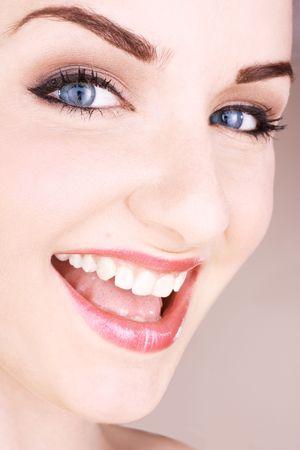 Un primo piano di una bella giovane donna di fronte a uno sfondo beige.  Shot Beauty Studio.