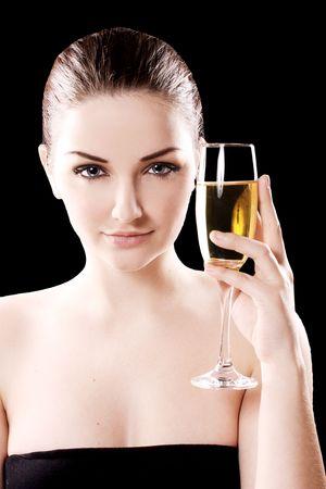 Bella donna con un bicchiere di champagne su sfondo nero.