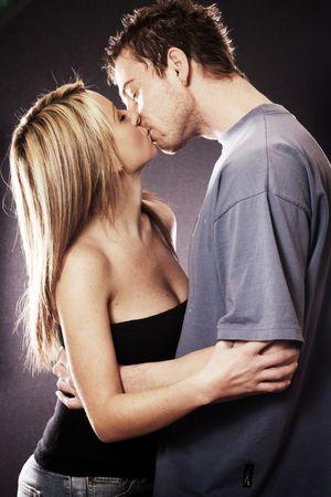 beso: Atractiva pareja Kissing