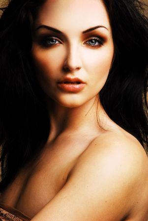 A close up di una bella donna giovane guardando la fotocamera.