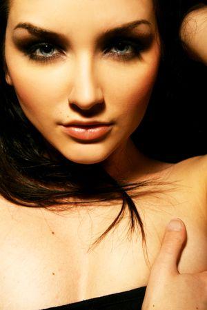 morena: A close up de una hermosa mujer joven mirando la c�mara. Foto de archivo