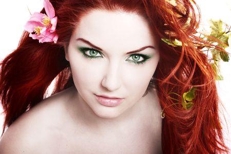 pelirrojas: Una hermosa mujer joven con flores en el pelo.