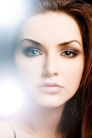 pelo casta�o claro: Una mujer muy joven con un luminoso luces brillantes cerca de su cara. Belleza a tiros.