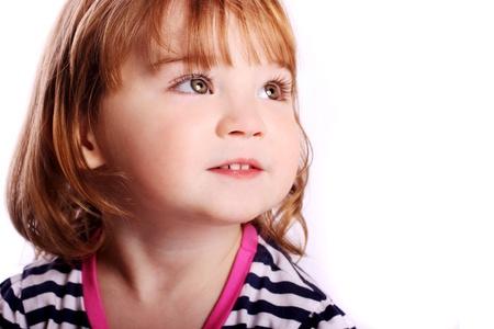 fondo para bebe: Una ni�a adorable sonrisa delante de un fondo blanco. Foto de archivo