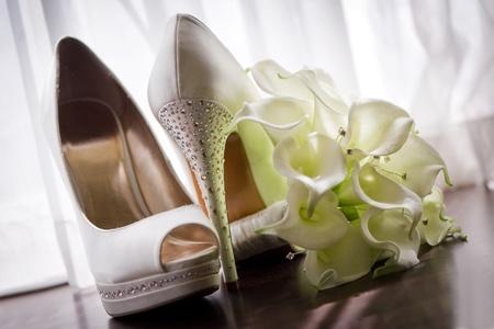Chaussures de mariée et bouquet