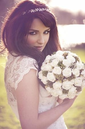 Une belle mariée regardant les caméra à l'extérieur. Banque d'images - 12648810