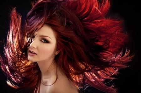 tinte de cabello: Una mujer hermosa con el pelo loco Foto de archivo