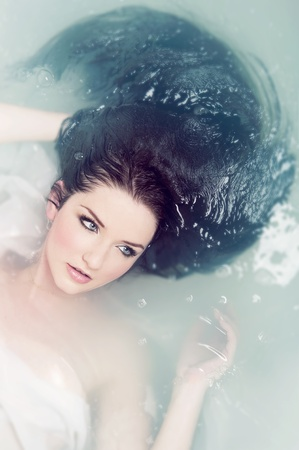 sumergido: Una hermosa morena sumergida en el agua