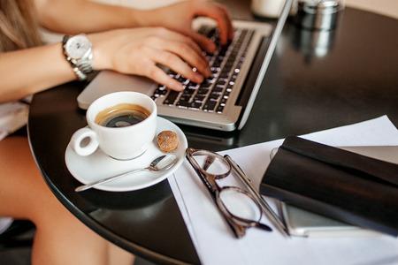 Jonge zakenvrouw in café Stockfoto - 39347932