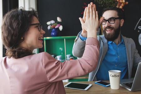 Moderne team het succes te vieren geven vijf met laptop tablet en smartphone