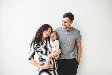 Padre de la madre joven feliz y lindo bebé sobre blanco Foto de archivo - 39343466