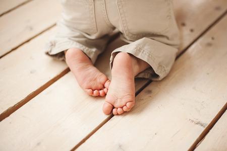 Jambes de bébé en pantalon sur plancher en bois Banque d'images - 39465204