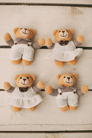 osos de peluche: Cuatro pequeños osos de peluche en fondo de madera
