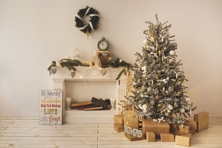 Beautiful holiday decorated room with Christmas tree with present boxes under it Stockfoto