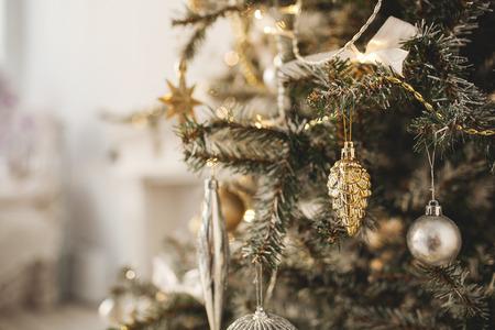 그 아래 선물 상자와 크리스마스 트리와 함께 아름 다운 휴가 장식 된 방 스톡 콘텐츠 - 39465481