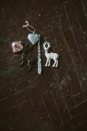 Ouderwets Kerstboomspeelgoed in vorm van hart en herten op de houten vloer Stockfoto