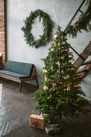 Schönes Urlaub verziert Loft mit Weihnachtsbaum mit Geschenkboxen unter ihm Standard-Bild - 91982984