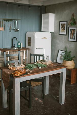 Schöne Urlaub verzierte Küche mit Weihnachtskuchen auf dem Tisch Standard-Bild - 91996158
