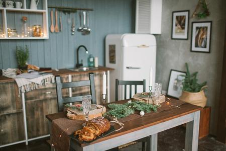 Hermosas vacaciones decoradas cocina loft con pastel de Navidad en la mesa Foto de archivo - 91982986