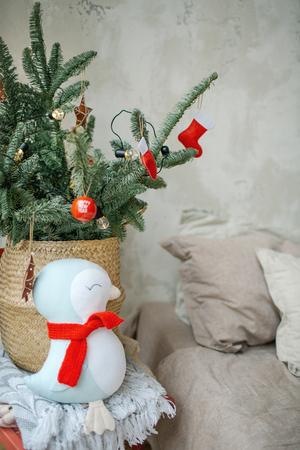 Leeres modernes Wohnzimmer Wohnzimmer für Weihnachtsfeier dekoriert Standard-Bild - 95189088