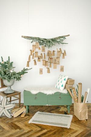 Leeres modernes Wohnzimmer Wohnzimmer für Weihnachtsfeier dekoriert Standard-Bild - 95483368