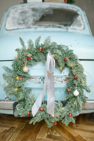 Blue retro car with christmas tree on the roof indoor Foto de archivo - 95190426