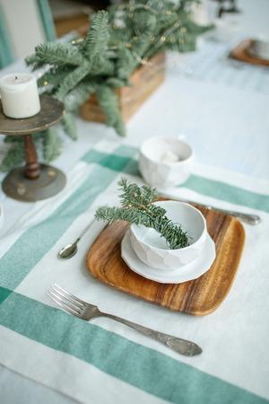 Leere Platte mit Zweig von Nadelbaum und Kerze auf dem Tisch Standard-Bild - 95173009