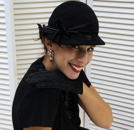 黒の帽子、手袋とスパンコールの黒のドレスで美しい女性