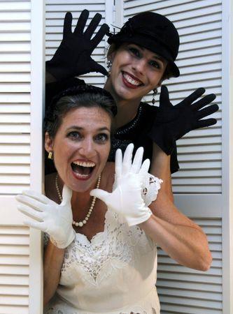 두 gloved 재즈 손으로 포즈를 취하는 여자를 입고