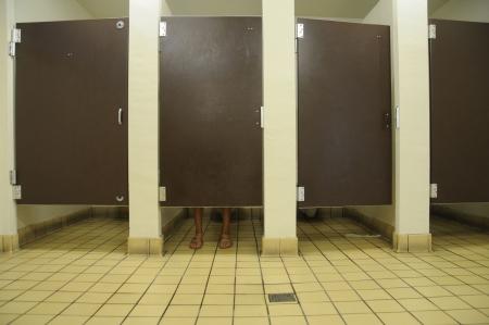 washroom: mostrando debajo de los pies puesto en ba�o p�blico