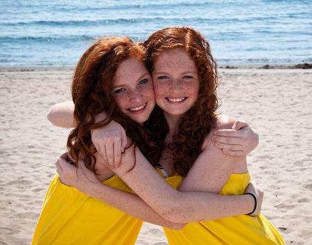 soeur jumelle: Jumeaux � t�te rouge adolescentes jouant � la plage