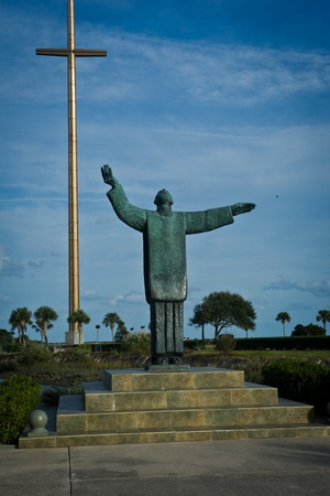 nombre: Statue of Father lopez and large cross at the site of Mision Nombre de Dios in Saint Augustine Florida Stock Photo