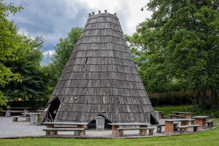 A tourist picnic/grill/BBQ wooden pavillon, Wojslawice Arboretum, Poland. Banque d'images