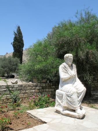 hombre sentado: Estatua de m�rmol de m�rmol romana estatua de un hombre venerable sentado en el patio, en Gortys, Creta