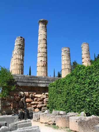delfi: Old ruins of temple in the archaeological site of Delphi in Greece