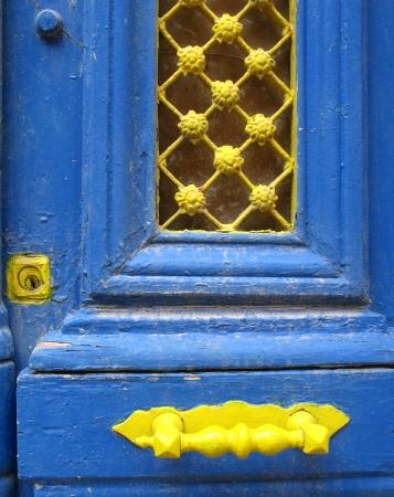 grate: Particolare delle porte blu in Grecia Archivio Fotografico