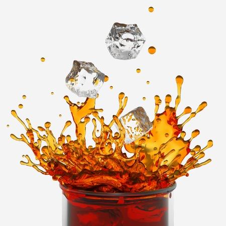gaseosas: salpicar la bebida, vidrio, la ca�da de los cubos de hielo Foto de archivo