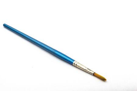 Ein alter gebrauchter Aquarellpinsel auf weißem Hintergrund Standard-Bild
