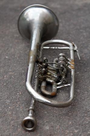 地面に古いトランペット