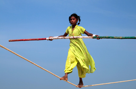 ゴア, インド - ゴアのビーチで遊ぶインドの綱渡りを徘徊 2 月 12 日に大道芸人の海岸に沿う旅行の 2008 年 2 月 12 日小グループ、ビーチに観光客の無 報道画像