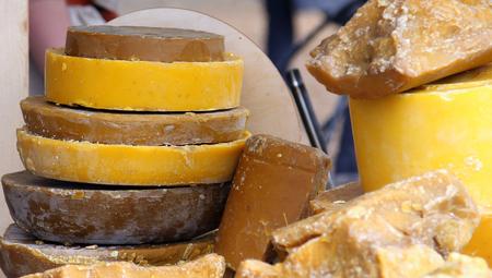 Velké kusy včelího vosku