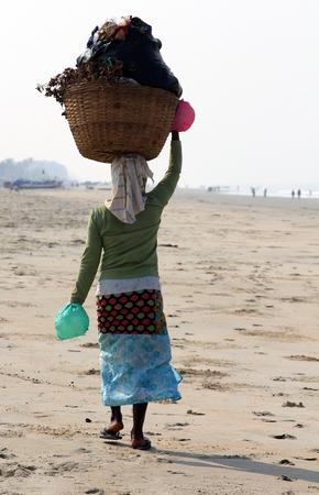 recolector de basura: Garbage collector on the beach of Goa