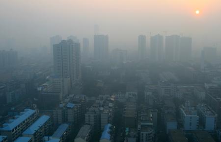 現代中国都市のスモッグの日の出