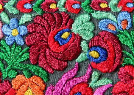 Multicolor bloemen borduurwerk patroon