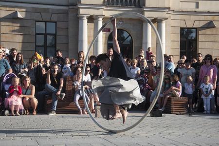 Artiste de rue dansant avec le volant au festival du carnaval de l'humanité, organisé dans la ville de Lublin et dédié au théâtre, au cirque et au street art Banque d'images - 86718836