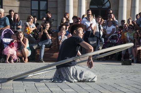 Artiste de rue dansant avec la roue au Carnaval de Mankind Festival situé dans la ville de Lublin et dédié au théâtre, au cirque et au street art Banque d'images - 86718837